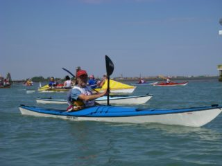 Vogalonga 2008 –Nigel Foster overtaking Kristin Nelson in a mad kayak race