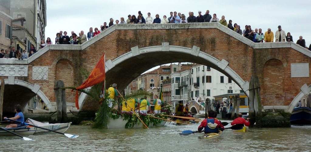 Vogalonga 2009 – At the Ponte Tre Archi in Cannaregio