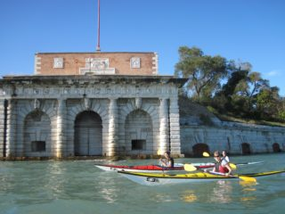 Girls paddling in front of Forte Sant'Andrea (press photo)